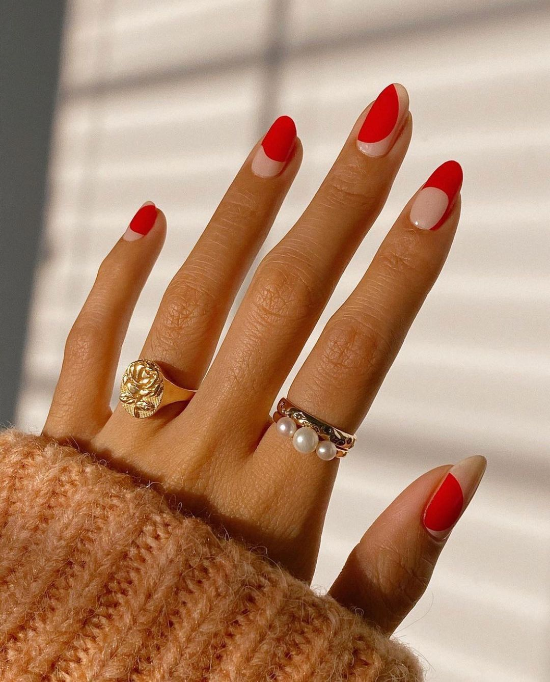 9 626 Curtidas 80 Comentarios Allure Magazine Allure No Instagram A Different Take On Holiday Red Nails But With Nega In 2021 Funky Nails Nail Inspo Chic Nails