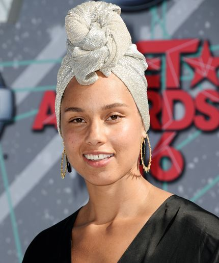 Alicia Keys Continues Her Makeup Free Reign On The Voice Alicia Keys No Makeup Alicia Keys Cool Hairstyles