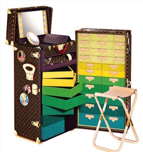 Kunststück, Schrankkoffer (limitierte Auflage von 25 Stück) mit Kupferbeschlägen von Cindy Sherman für Louis Vuitton