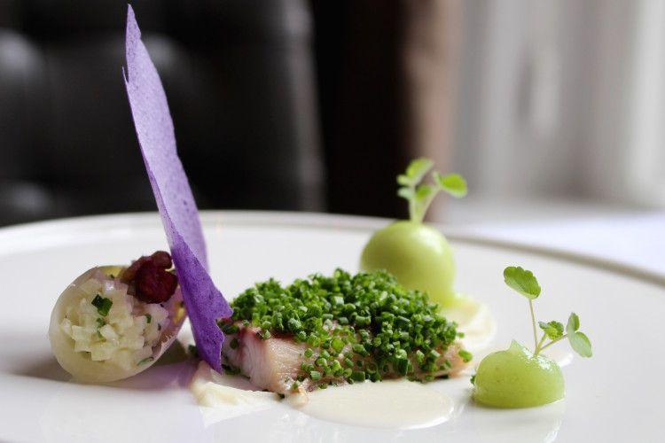 Gerookte paling met een nieuwe variant op een klassieke Waldorf Salade, Restaurant Hemingway, Bergen op Zoom.