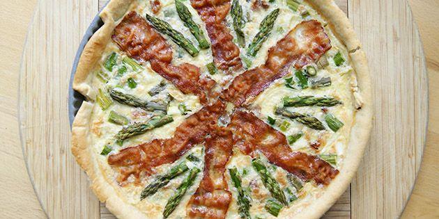 Fantastisk tærte med en vinderkombination af grønne asparges og sprødstegt bacon på toppen.