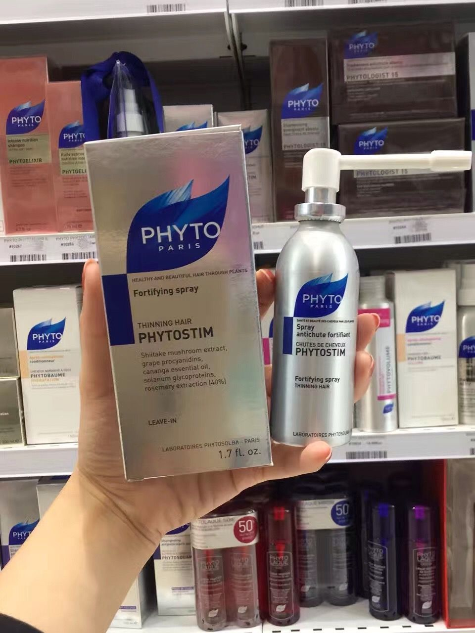 Phyto phytostim髮朵防脫生髮噴霧50ml 脫髮問題不用愁,小小噴霧就能解決💁🏻♂️富含真正有能量的活性成分,促進頭髮自然生長。將花菇、從葡萄中提取的花青素🍇和依蘭精油相結合,保護髮根,迅速阻止頭髮掉落,促進頭皮細胞新生。同時龍葵糖蛋白直接作用於發根,加速頭髮生長,並持續發力使頭髮強健。還添加了豐富的迷迭香萃取精華,促進頭髮生長的同時平衡頭皮油脂,祛除頭屑,增強頭髮彈性。經科學測驗,使用八周後脫發問題改善86%。 使用方法:搖晃均勻後,仔細噴於頭皮,8到10下可以把整個頭皮噴好。每週兩到三次,用於乾髮或濕髮上均可。