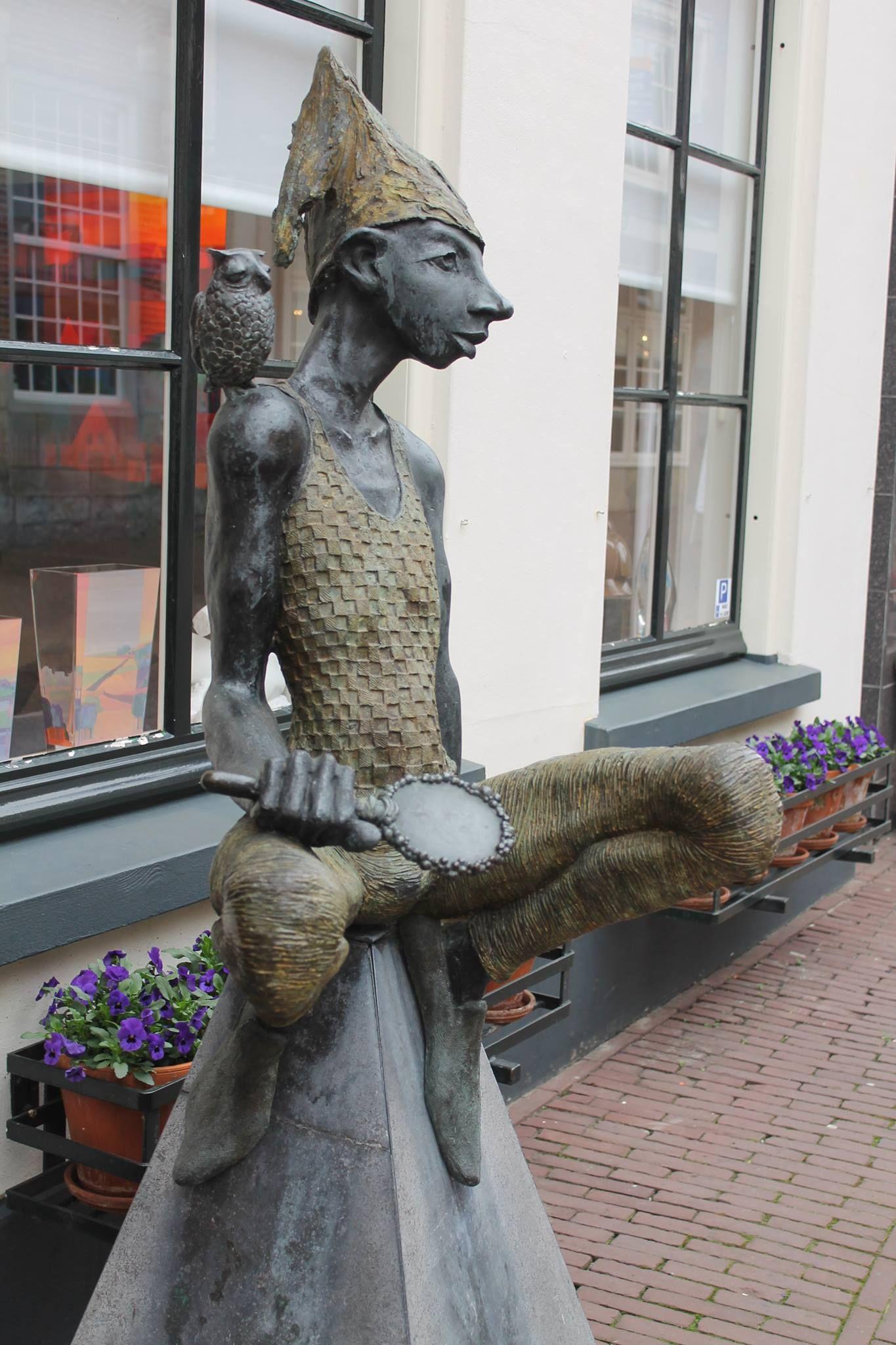 Ootmarsum, Tijl Uilenspiegel bronzen beeld uit 1995 van Dirk de keizer. Het staat in de Marktstraat.