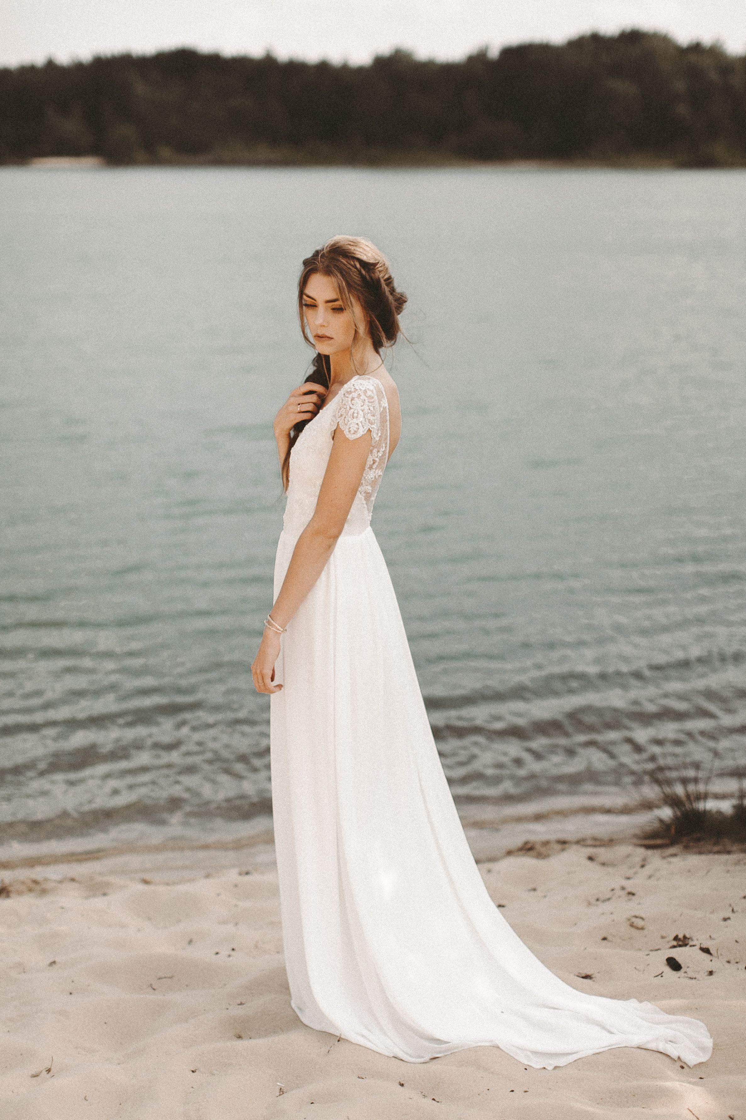 Fließendes Brautkleid Spitze Rückenausschnitt Boho Hochzeitskleid