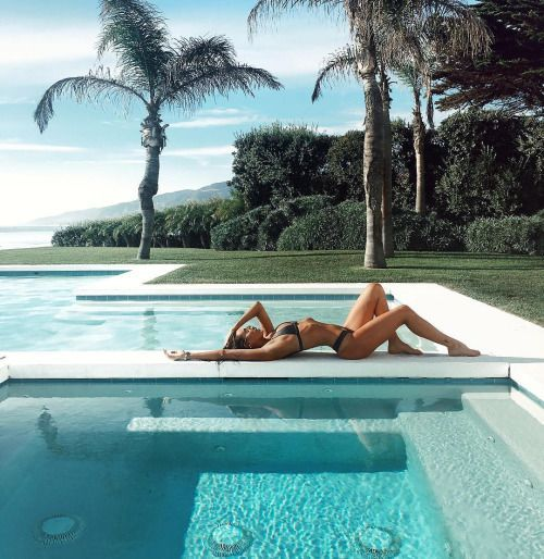 Fotos na piscina criativas poses estilo tumblr e com amigas for Fotos tumblr piscina