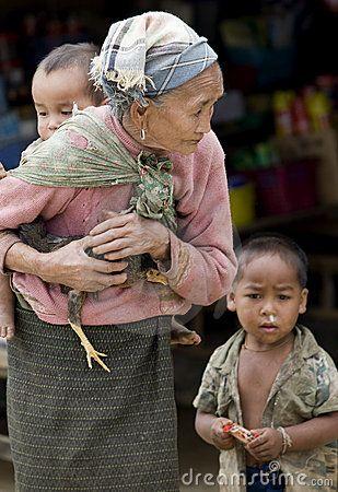Asien, alte Frau mit Huhn und Enkel