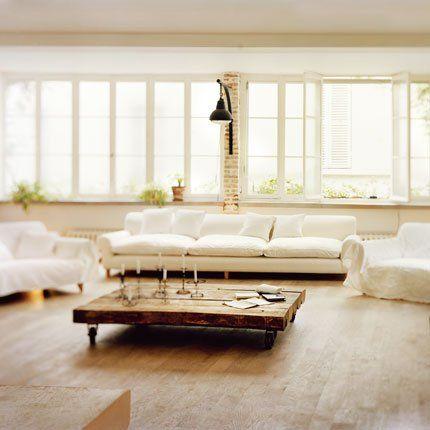 Choisir Des Meubles Xxl Pour Souligner L Impression D Espace Marie Claire Maison Salon Mezzanine Salon Blanc Interieur Blanc