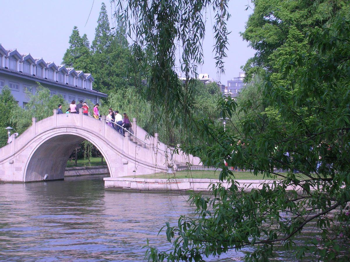 Courbes - un pont au-dessus du lac de l'Ouest à Hangzhou, Chine