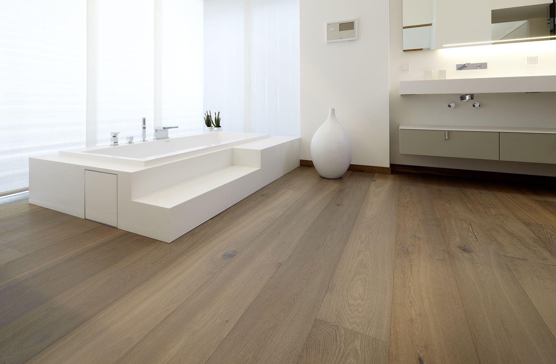 Badezimmer Holz Brown White Parkett Stilvoll Bathroom Bathtub