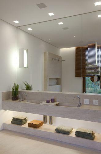 No Banheiro, Idealizado Por Deborah Roig, A Iluminação Em Pontos  Estratégicos Amplia O Espaço