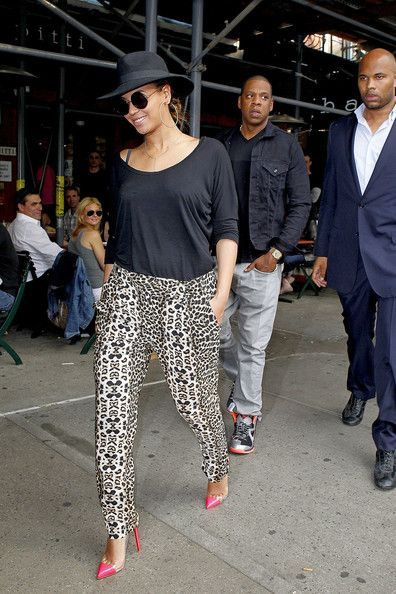 Beyonce Knowles Pumps - Beyonce Knowles stepped out for lunch in NYC wearing a pair of hot pink and clear stilettos.