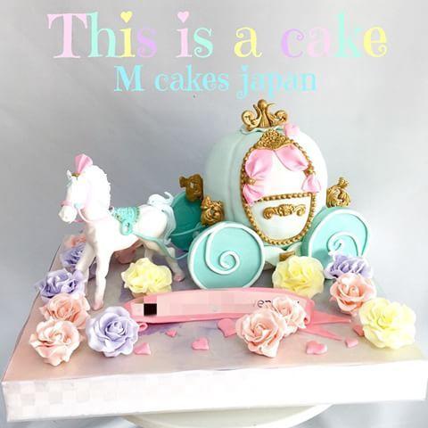 カボチャの馬車ケーキ #カボチャの馬車 #パステル #夢の世界のよう #白馬 #薔薇 #プリンセス #ケーキ ...