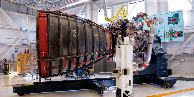 El carrito de Street View recopila imágenes del motor principal de un transbordador espacial dentro del taller de motores de la instalación de procesamiento de cohetes n.° 3.  Si quieres ver la NASA por dentro hacemos una visita virtual.   Pincha la foto.