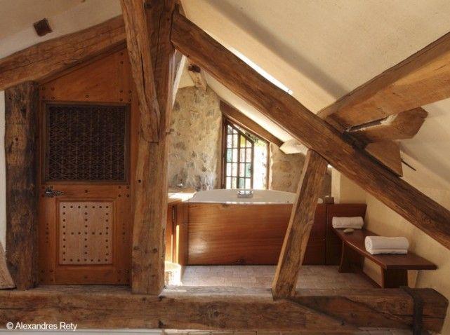 La salle de bain chic et rustique est aménagée sous les combles ...