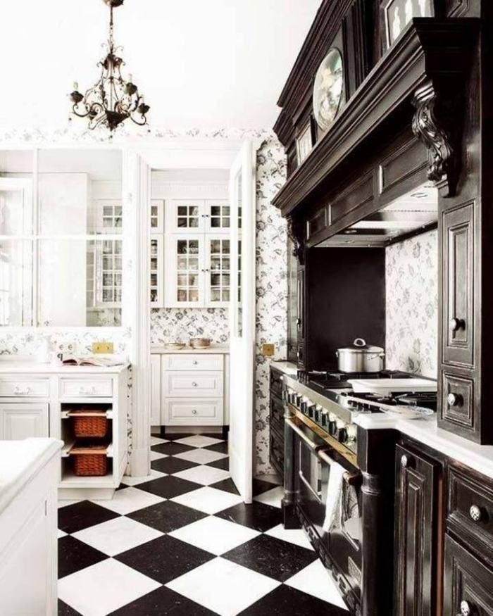 schwarze Holz-Küchenzeile und schwarz-weiße Tapeten | Küche ...