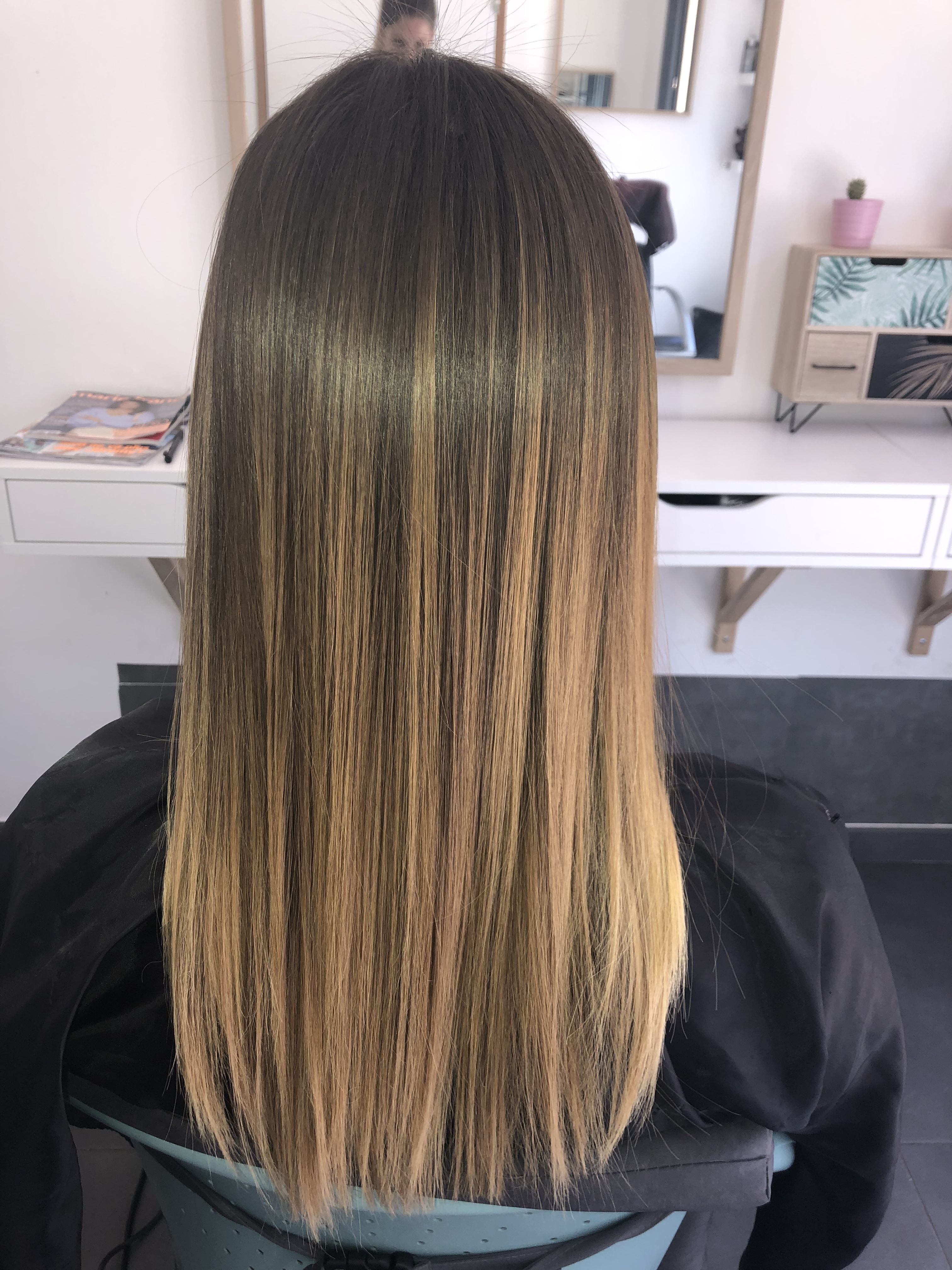 Cheveux Lisses Et Brillants Avec Coco Spray Cheveux Lisse Cheveux Idees Cheveux Longs