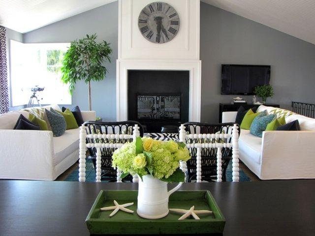 Wohnzimmer Dachschräge Kamin Wanduhr Beistelltisch Wandfarbe - wandfarbe grau