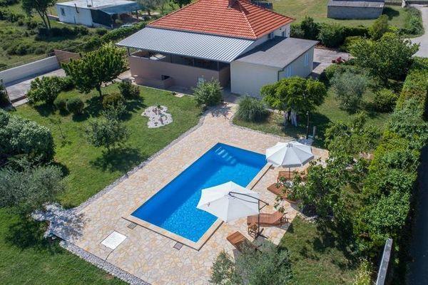 Villa tina modern vakantiehuis met privé zwembad en overdekt terras