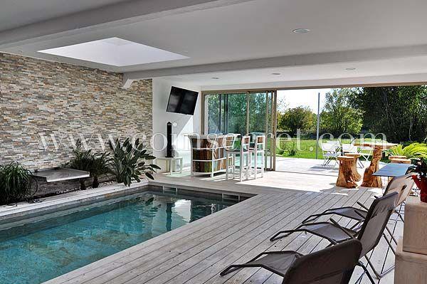 Très belle piscine intérieure chauffée avec bar et espace lounge - location villa piscine couverte chauffee