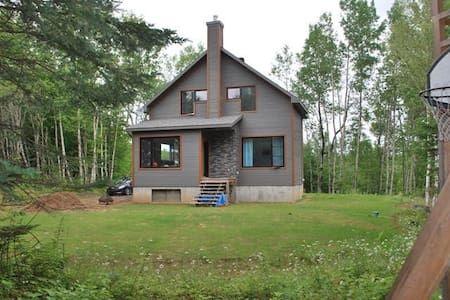 Regardez ce logement incroyable sur Airbnb : Maison entre lacs et ...