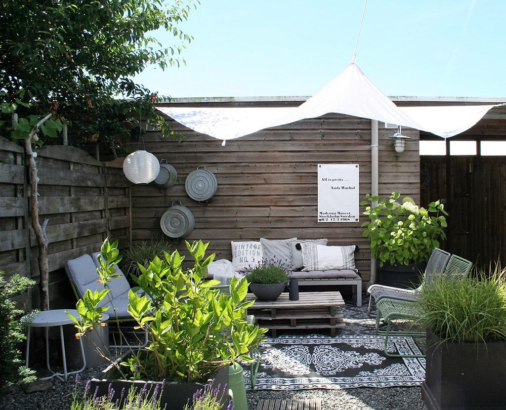 Tuin Met Overkapping : Buitenkijken in een tuin met kleine overkapping balkon und gärten