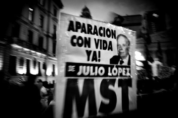 Manifestazione nelle strade di Buenos Aires per chiedere la reaparicion di Jorge lulio Lopez. Teste principale contro l'ispettore di polizia di La Plata, condannato all'ergastolo grazie alle sue testimonianze, e' scomparso il giorno della sentenza mentre si recava al tribunale per ascoltarla. Mai più ritrovato
