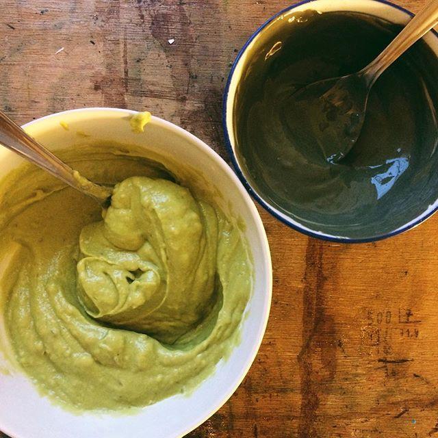 Spa em casa! 💁🏽 PRO CABELO: Bater no liquidificador 1/2 banana+1/4 de abacate+2 gotas de óleo essencial de camomila e 2 de alecrim, deixar no cabelo por no min. 15 mins. PRO ROSTO: Misturar 1 colher de argila (pode ser branca, roxa ou verde) + 2 gotas de óleo essencial de melaleuca (antifungico e antibactericida, ótimo pra acne)+ água até virar um creme. Deixar no rosto até secar. ✨🌿 #cosmeticosnaturais #argilaverde #mascaradeargila