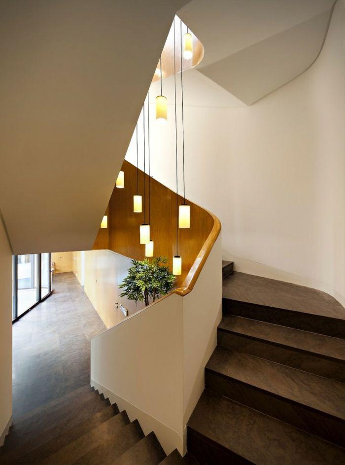 braune Treppe mit weißem Geländer und hängende Lampen, grüne ...