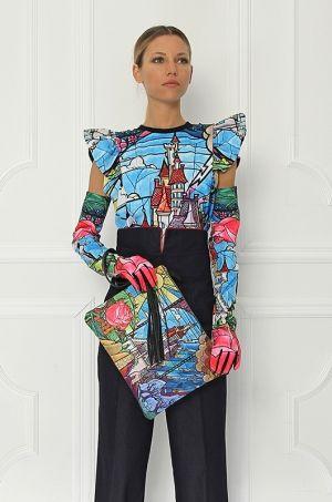 Tričko z limitovanej Disney kolekcie s krátkymi rukávmi, zdobenými volánmi. Výrazná rozprávková potlač topu Vám spestrí celý outfit.