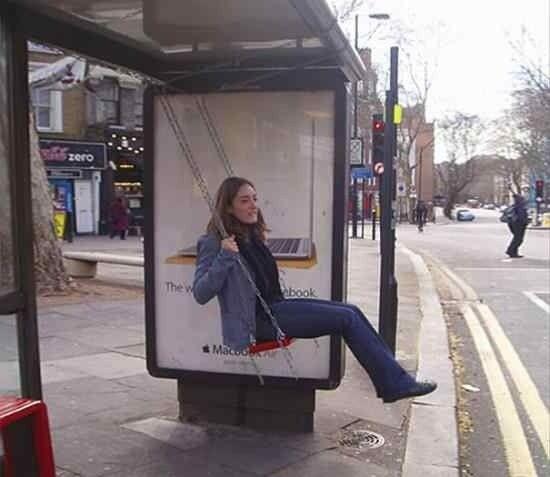 Así promociona Apple su MacBook Air en una parada de autobús. ¿Lo sientes? :)