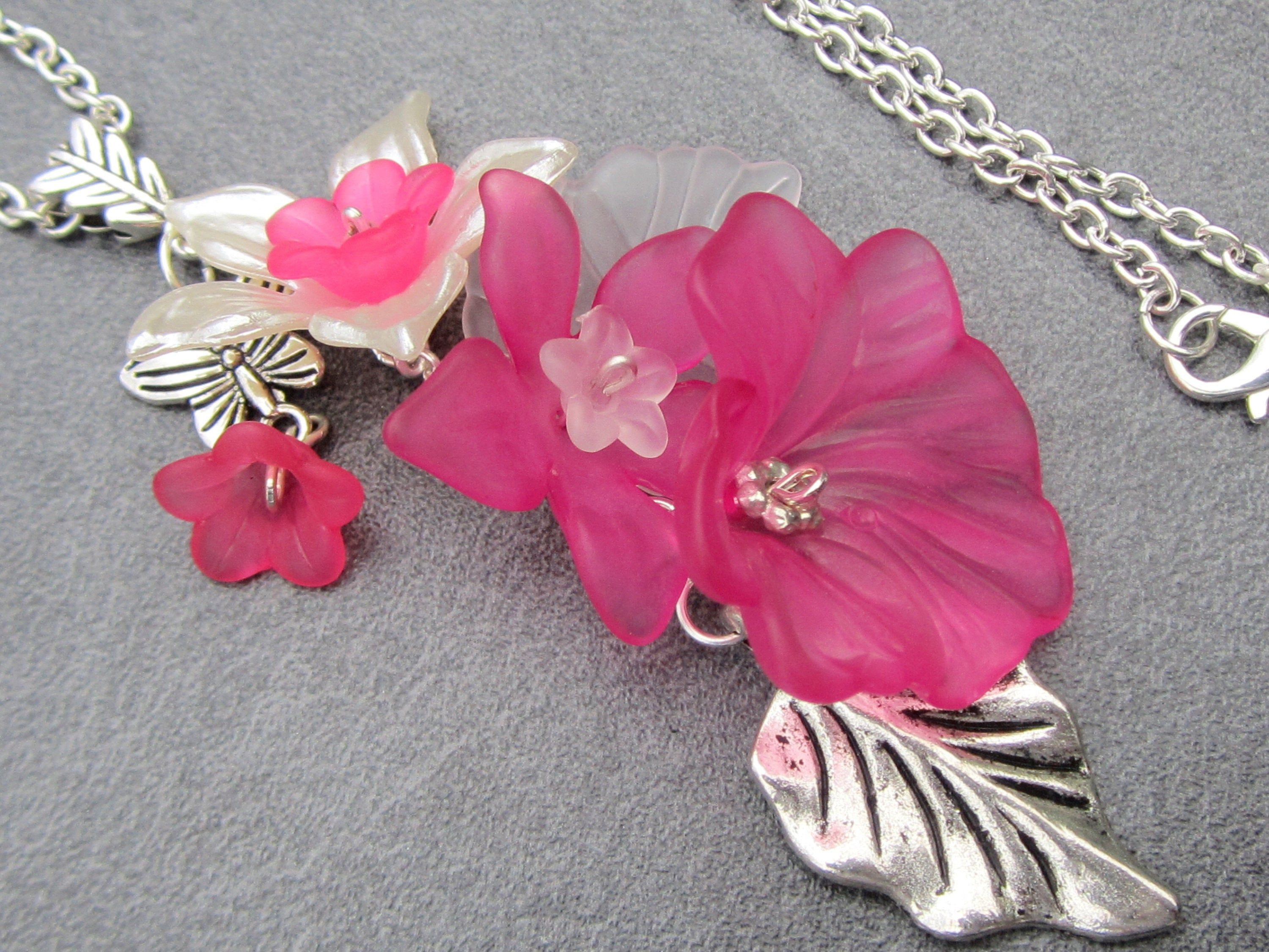 Y-chain WHITE FINGERHUT with leaves 56 cm long all around plus 8 cm pendant necklace with Lucite flowers and leaves silver-colored-white-green