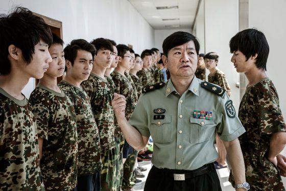 Centro de desintoxicación da adicción a Internet: disciplina militar combinada con medicamentos e terapia psicolóxica.
