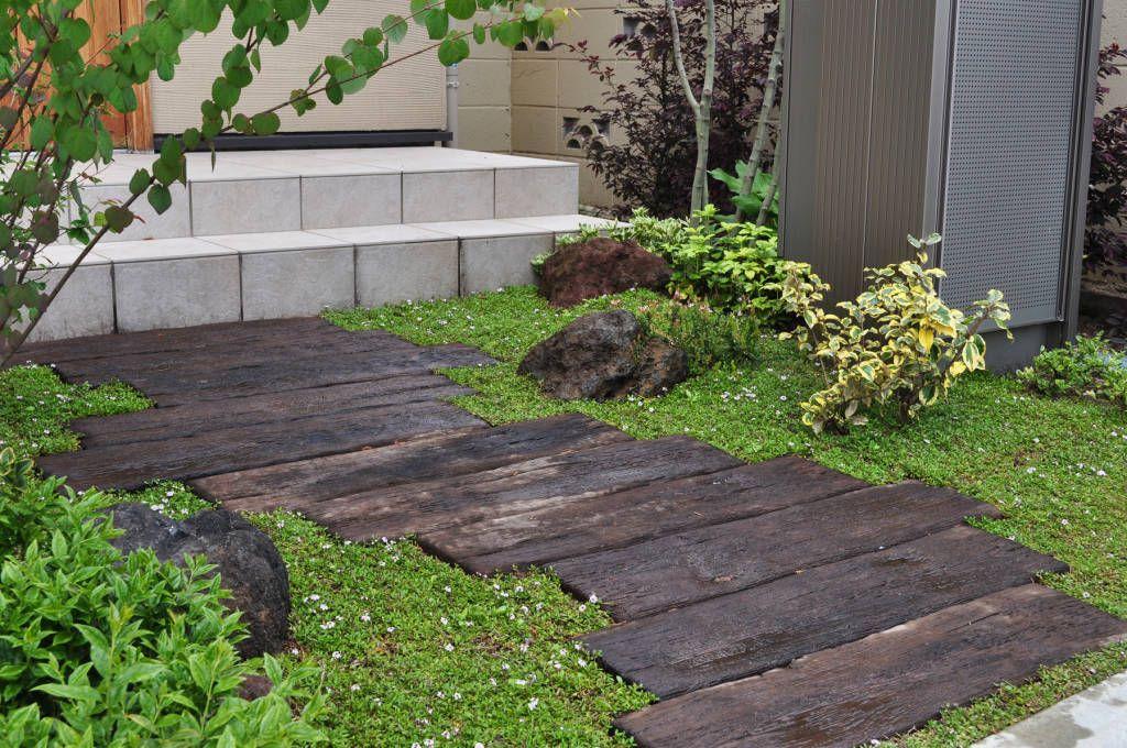枕木アプローチ オリジナルな 庭 の 新美園 オリジナル 庭 玄関