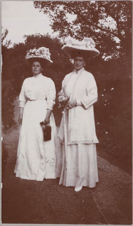 Alexandra (right) with her best friend, Anna Vyrubova (left) (around 1908)