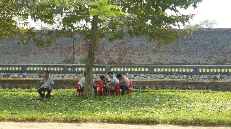 Vietnamiens jouant aux cartes dans la citadelle de Hué#Vietnam #voyage #visite #hue