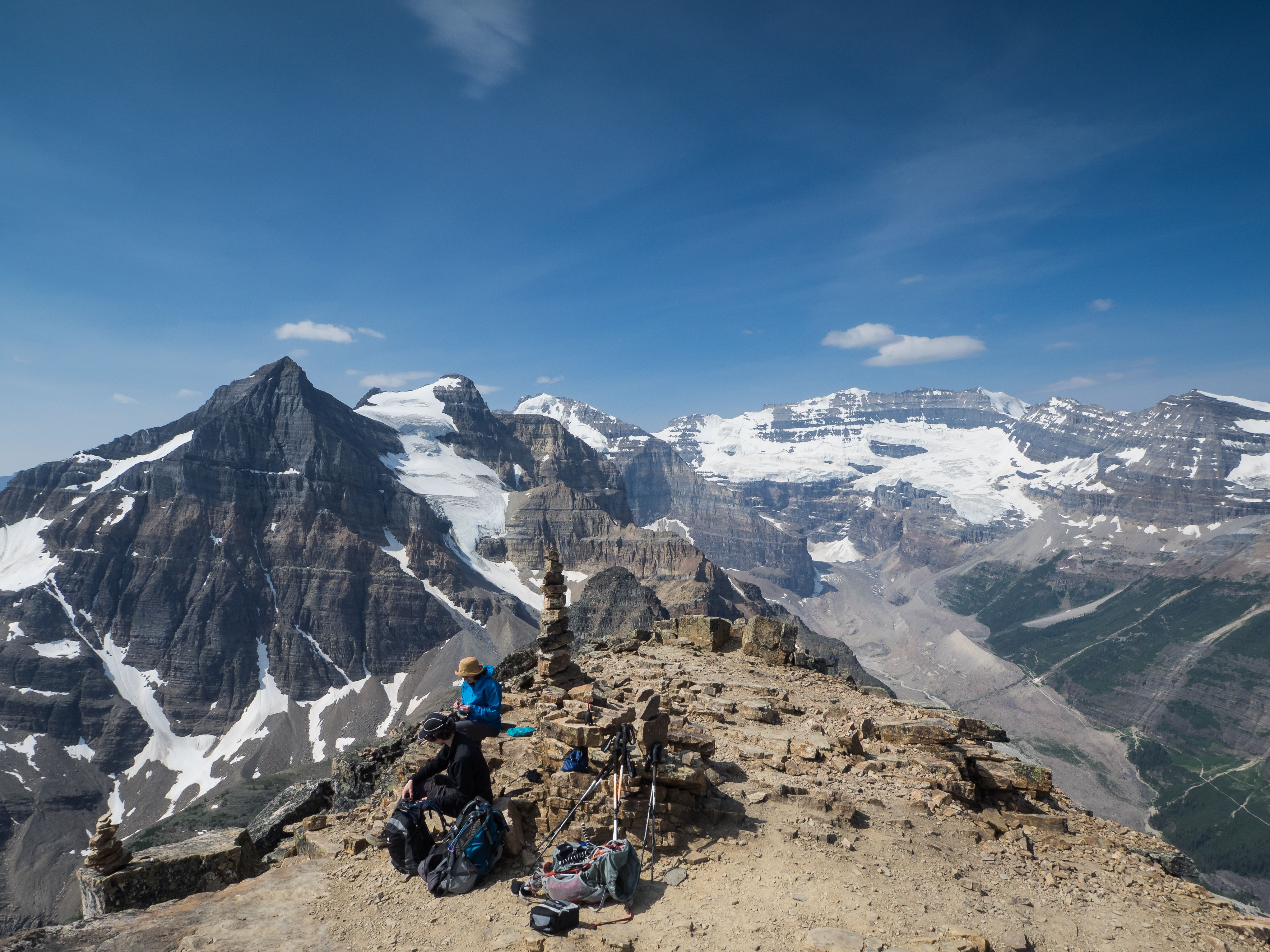 Hiking Saddleback Pass / Fairview Mountain from Lake Louise. (10,2 km, 5-6 hours)