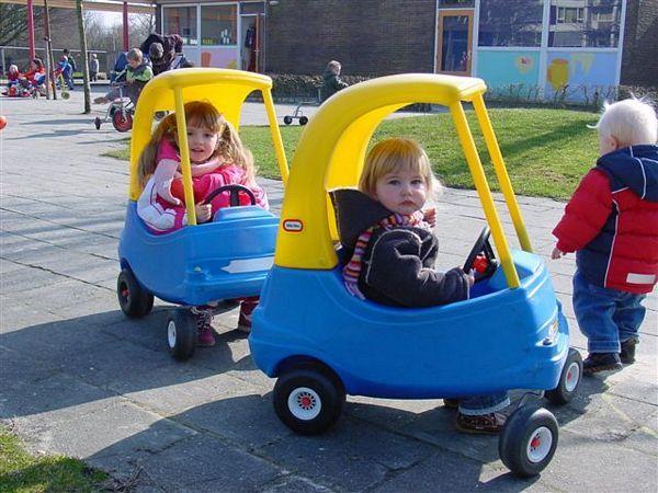 we speelde elke dag buiten met de kinderen in de autos en ook met stoepkrijt