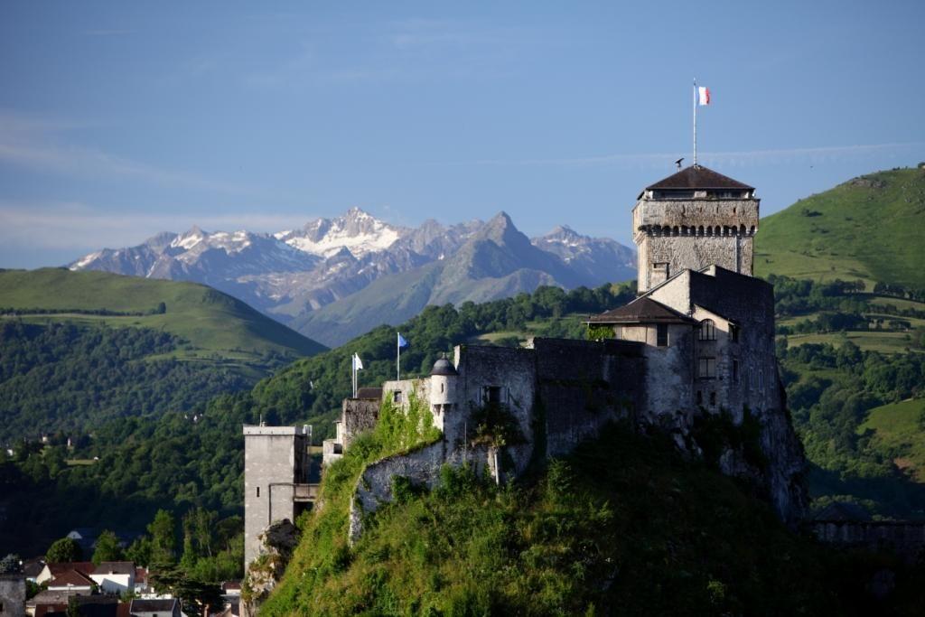 Chateau Fort De Lourdes Et Les Montagnes Pyreneennes Castle In Lourdes And The Pyrenees Hautes Pyrenees Chateau Fort Tourisme