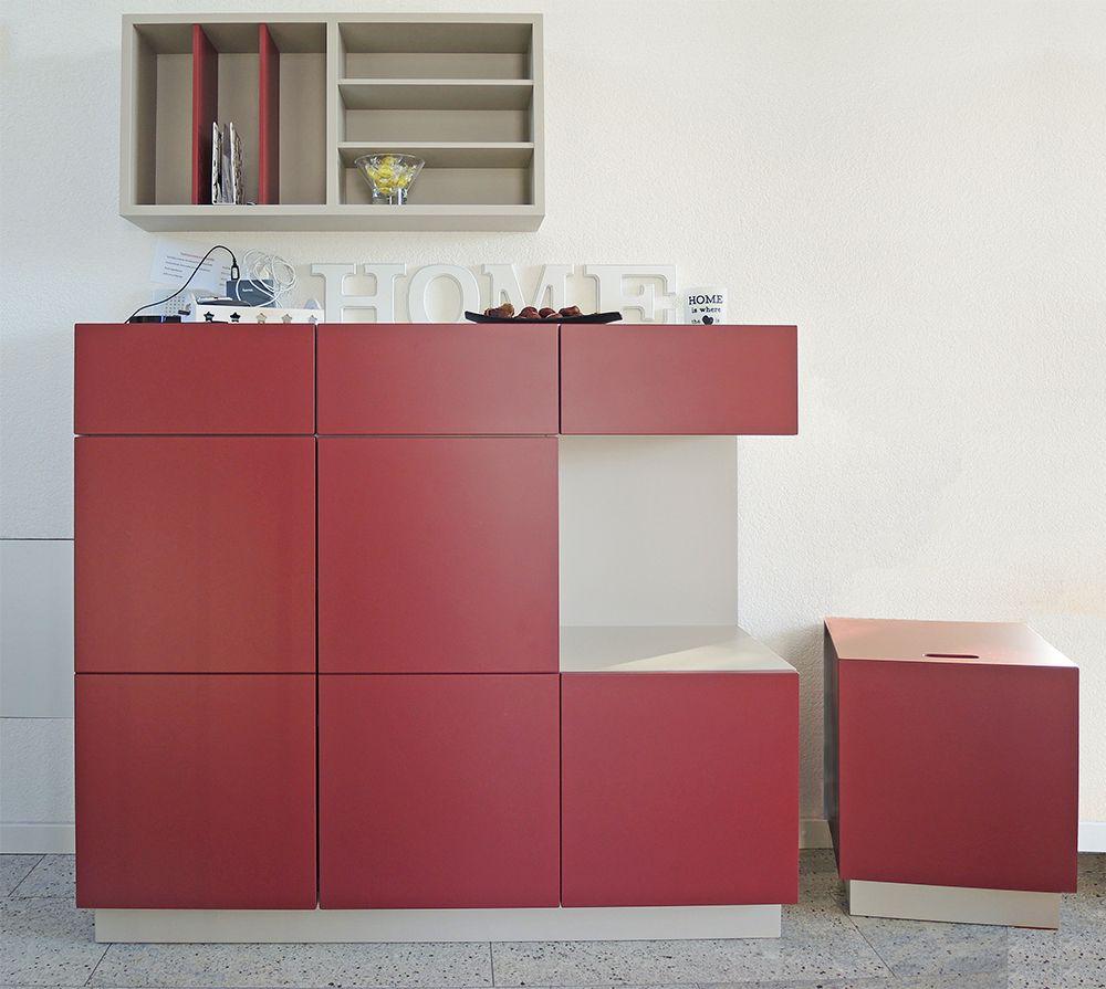 Dielenmöbel In Rot Vor Einer Weißen Wand Aufbewahrung Möbel Zum
