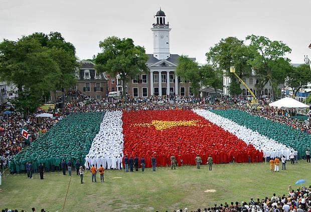 vlag van suriname gevormd door mensen