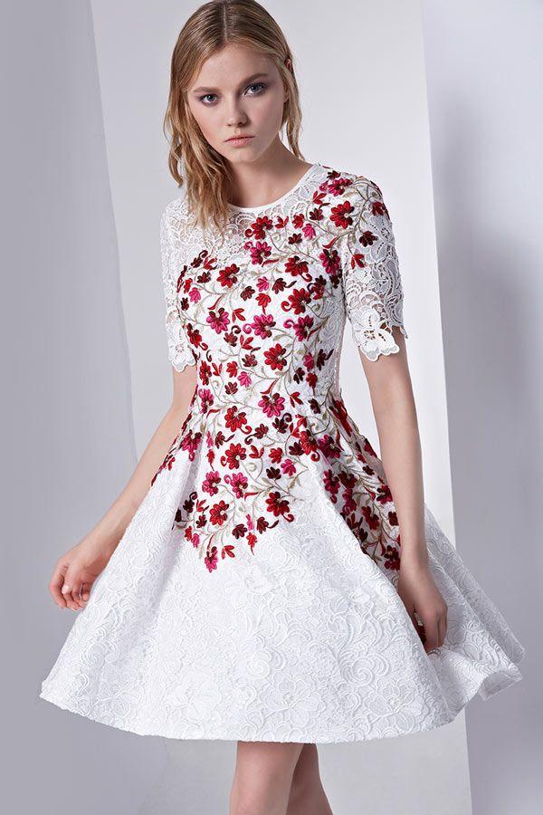 d42bab809ea Petite robe blanche en dentelle bordée de fleurs à manche