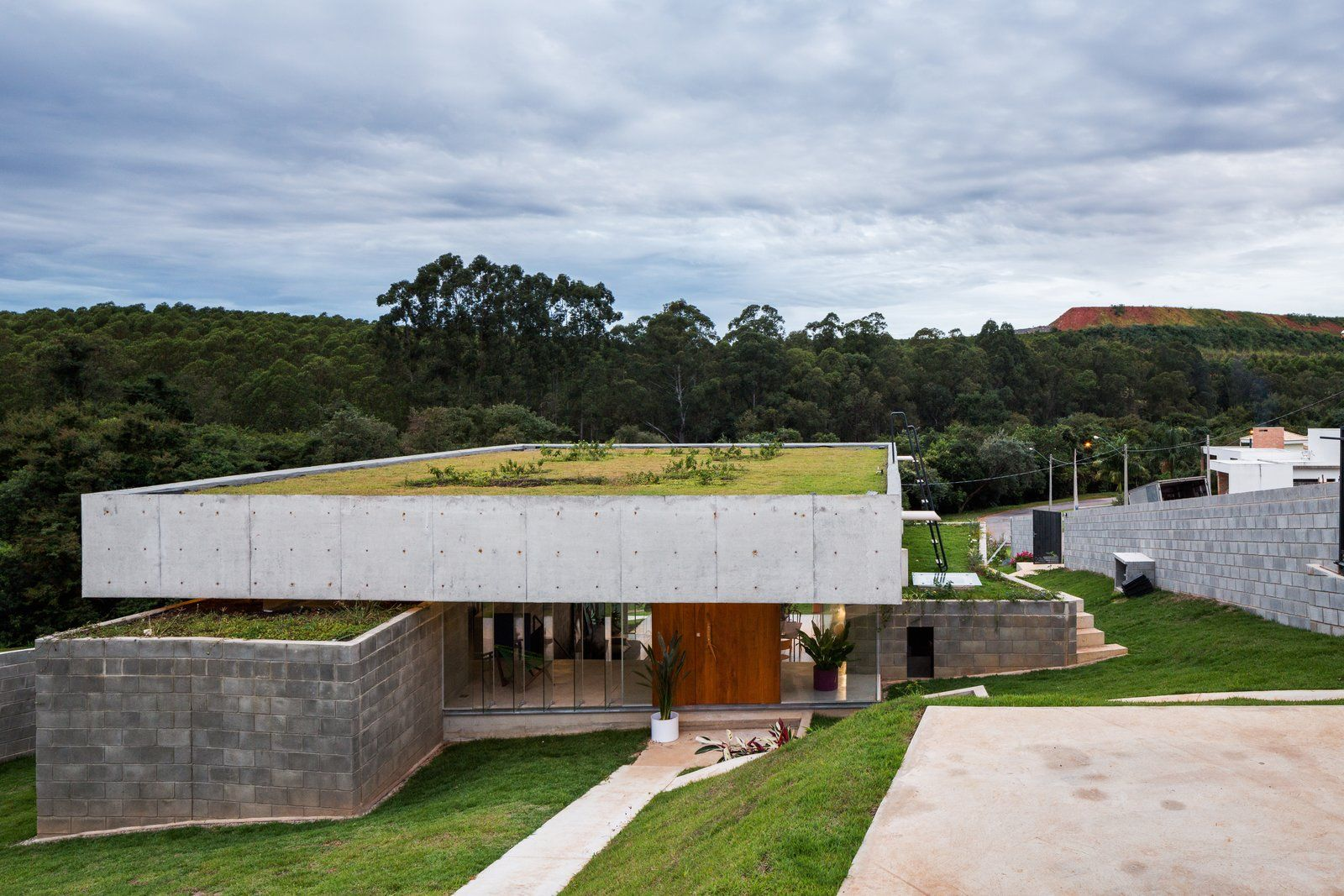House In Salto De Pirapora By Vereda Arquietos Green Roof Architecture Concrete Siding