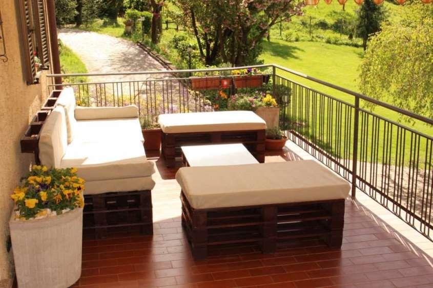 Come arredare il terrazzo con i bancali | divani per terrazzo ...