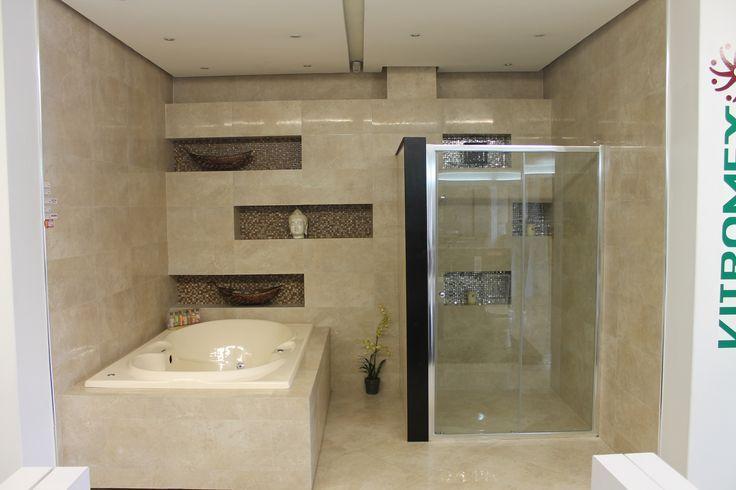 Elementos para baño Una tina con hidromasaje o un cancel de vidrio