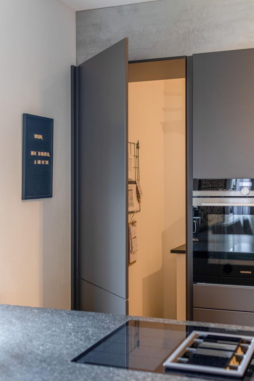 Küche mit versteckter Speisekammer
