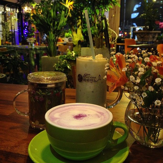 Flower cafe!  How wonderful is it to hold a florist shop and cafe in one!? #고구마라떼 #키위스무디 #목련차 #꽃카페 #플라워카페 #flower #flowercafe #cafe
