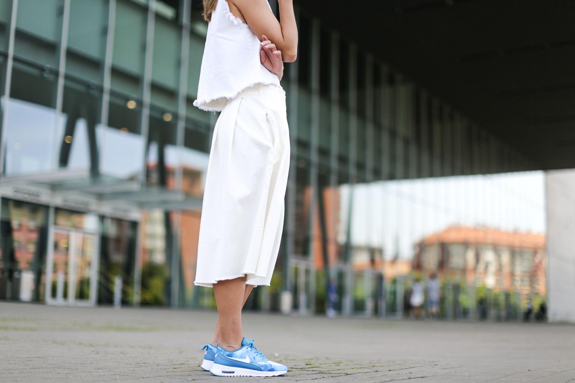 Nike Air Max Thea Bleu Et Robe Blanche