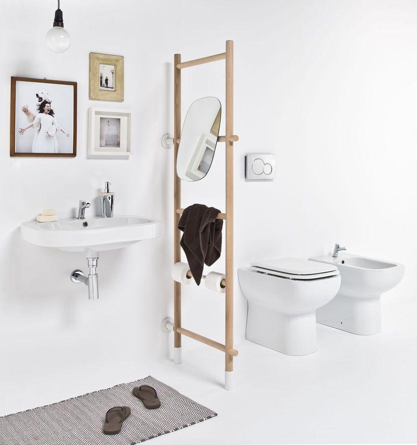 Ba o en blanco con toallero escalera decoration ba os for Toalleros de bano