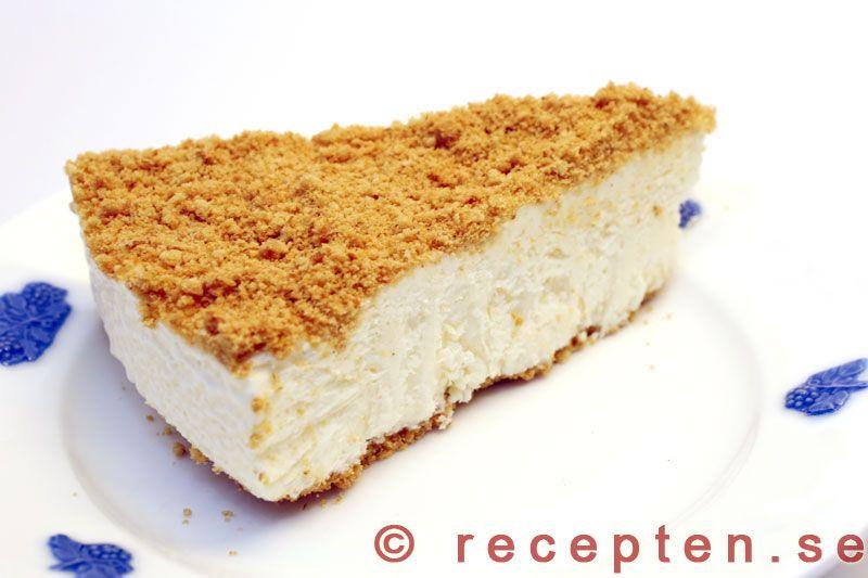 Recept på Cheesecake. En frusen glasstårta med digestivekex. Mycket god och även enkel att göra. Bilder steg för steg.