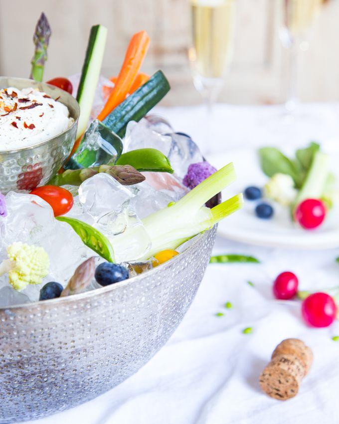 Crunchy vegetables served with vegetable dip. http://www.jotainmaukasta.fi/2016/05/04/rapeita-vihanneksia-ja-tsatsikidippi/